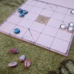 Das fertige Chauka Bara mit Mugelsteinen und Kaurimuscheln