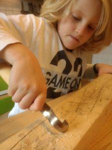Yanni probiert das Mora-Löffelmesser