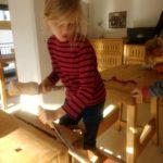 Nino am Holz-Arbeiten